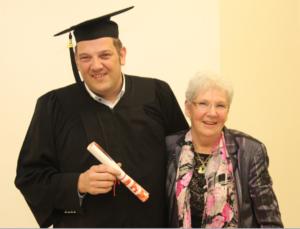 photo montrant Dominique Sipp diplômé en Master2 management à coté de sa maman