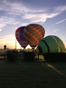 3 montgolfieres au décollage