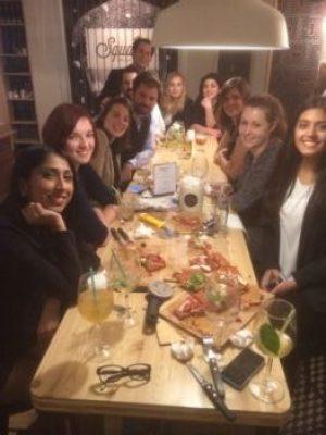 photo representant les participants d'un teambuilding pizza making